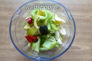 Складываем в чашу блендера нарезанные овощи и чили, измельчаем.