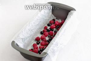 На дно формы выложить промытые и обсушенные ягоды, половину всего количества. Предварительно я проложила дно формы мокрым пергаментом. Просто намочила его, сжав в комок, чтобы он стал послушным, отряхнула от излишков воды и положила на дно, для более простого извлечения пирога.
