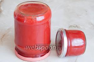 Из 3 кг свежих сочных домашних томатов и 3 головок лука у меня получилась 1 баночка 0,5 л. и маленькая баночка из-под икры (90 мл). Если будем хранить пасту долго, переворачиваем банки и укутываем их, до полного остывания. Если нет — просто оставляем до полного остывания и храним в холодильнике. Вот и всё, сделайте, не пожалеете!