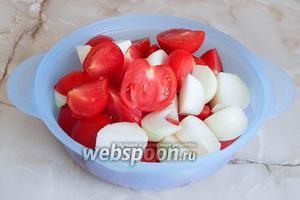 Для начала отмеряем необходимое количество свежих томатов. Моем овощи и даём стечь воде. Затем, если помидоры крупные, нарезаем их на 4 части. Мелкие используем целиком. Луковицы также очищаем и режем произвольно. Нам нужно измельчить плоды. Для этого я использую кухонный комбайн с насадкой «Металлический нож».