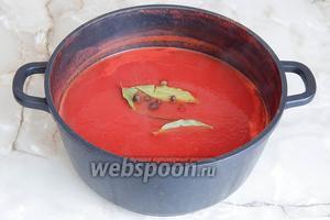 Варим томатно-луковую кашицу до тех пор, пока масса не станет консистенции томатного соуса. На это уйдёт примерно ещё минут 40. Теперь можно добавлять соль, сахар, лаврушку и перец. Всё перемешиваем и снова варим на среднем огне.