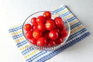 Помидоры черри отделите от плодоножек, промойте в холодной воде и каждый помидор несколько раз слегка наколите в районе плодоножки зубочисткой.