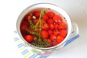 В кипятке растворите сахар и соль, залейте помидоры. Оставьте до полного остывания маринада.