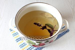 На сильном огне доведите маринад до кипения. Добавьте мёд, яблочный уксус и листики базилика. Перемешайте до полного растворения мёда.