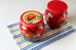 Поставьте помидоры мариноваться в холодильник на 1-2 дня (одного дня будет достаточно, но через 2 дня маринования помидоры будут ещё вкуснее!). Из указанного количества ингредиентов получается 2 баночки по 0,8 л. Приятного аппетита!