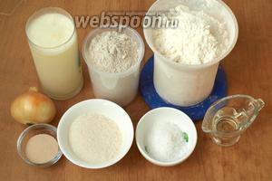 Для приготовления хлеба нам понадобятся такие ингредиенты: сыворотка (можно вместо неё взять воду), ржаная и пшеничная мука, сахар, соль, сухие дрожжи, подсолнечное масло и лук.
