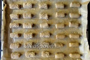 Печенье укладываем на противень с пергаментной бумагой.