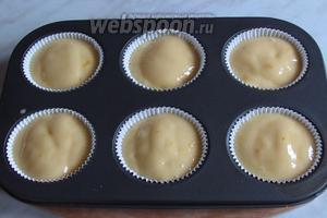 Выложить тесто в формы для маффинов, как на фотографии.