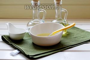 Для заправки смешать уксус, масло и сахар.