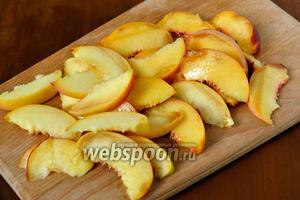 Нарезаем персики нетолстыми дольками.