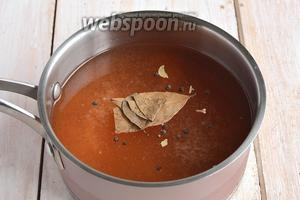 Для маринада соединить воду, уксус, соль, сахар, кетчуп, лавровый лист перец горошком. Довести до кипения.