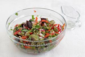 Добавить в салат кинзу (ах, какой аромат) и полить заправкой. Дать ему настояться хоть несколько минут в холодильнике. Подавать охлаждённым.