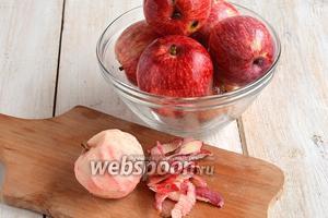 Яблоки помыть и очистить.