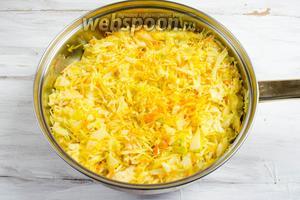 Капусту выложить к луку. Перемешать тщательно, чтобы капуста с морковью окрасилась куркумой.