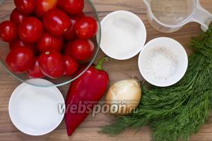 Подготовьте помидоры, лук, перец, укроп, воду, сахар, соль, уксус (9%). Чеснок, пряности — по желанию.