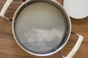 Сперва приготовьте маринад — в кастрюле соедините воду, сахар, соль и уксус. Доведите до кипения и остудите.