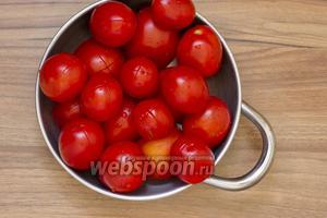 Помидоры необходимо промыть. На кончике сделайте крестообразные надрезы. Залейте помидоры кипятком на несколько минут. Воду слейте.