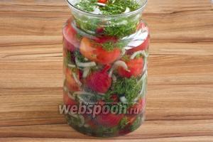 В просторную ёмкость, подходящего объёма, переложите слоями помидоры без шкурки и укропную смесь. Залейте остывшим маринадом. Можно ещё слегка тёплым.