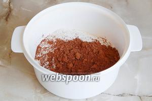 Прежде всего нужно подготовить некоторые продукты. В частности, смешиваем муку, какао и разрыхлитель. Просеиваем их.