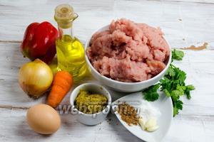 Чтобы приготовить котлеты, нужно взять: фарш индейки, масло оливковое, яйцо, горчицу, сало, морковь, перец сладкий, мускатный орех, кинзу, лук, чеснок, соль, масло сливочное (для запекания), масло подсолнечное (для жарки).