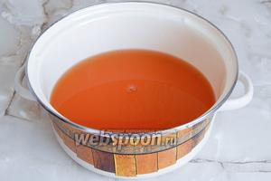 Выливаем яблочный и морковный сок в кастрюлю.