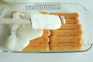 На всё печенье распределяем половину крема.