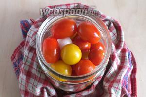 В заранее стерилизованную баночку выложите вымытые томаты, вымытые и очищенные луковки.
