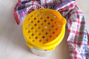 Накройте крышкой-ситечком и подождите 3-4 минуты, когда помидорки лопнут. Затем слейте рассол и снова дайте ему хорошо закипеть.