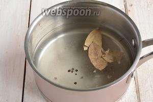 Для маринада соединить сахар, соль, воду, уксус, перец и лавровый лист. Довести до кипения.