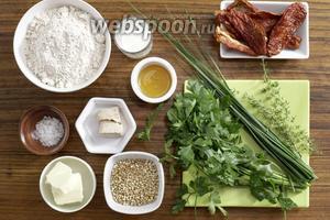 Для приготовления нам потребуются: мука, дрожжи, мёд, соль, перец, помидоры вяленые, гречневая крупа, тимьян, петрушка, лук зелёный, масло сливочное и молоко.