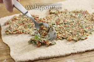 Тесто раскатать в плоский прямоугольник, сверху выложить тонким слоем начинку.