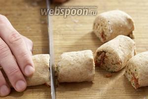 Свернуть тесто рулетом и разрезать на кусочки по 5 см.