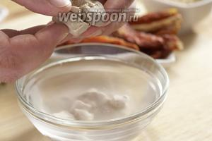 Влейте в миску 170 мл тёплой воды, добавьте дрожжи и тщательно перемешайте. Закройте крышкой на 10 минут, пока дрожжи поднимутся.