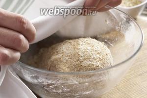Добавьте к муке дрожжи и перемешайте их миксером до получения густого теста. Накрыть полотенцем и поставить в тёплое место на 30 минут.