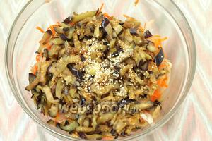 Добавить горячие баклажаны к луку с морковью, влить уксус, соевый соус, выдавить чеснок. Посыпать сверху закуску кунжутом.