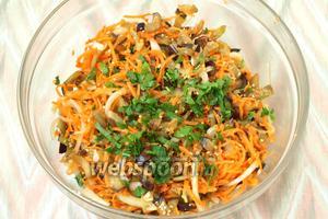 Затем перемешать, добавить измельчённую зелень петрушки. Дать остыть, накрыть ёмкость крышкой и убрать на 3 часа в холодильник для настаивания. Закуска готова. Приятного аппетита!