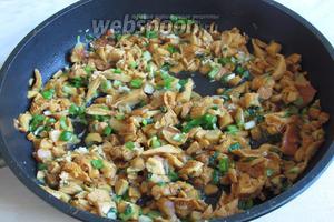 Добавить грибы в сковородку, жарить до полуготовности грибов.