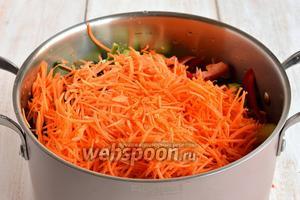 Морковь помыть, очистить и натереть на тёрке для моркови по-корейски.