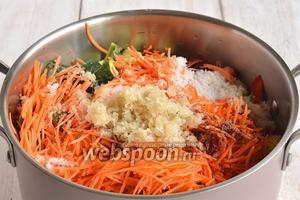 Добавить сахар, соль, уксус, очищенный и пропущенный через чесночницу чеснок, приправу для моркови по-корейски.