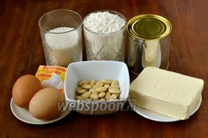 Для приготовления печенья нам необходимо приготовить муку, яйца, сахар, ванильный сахар, сливочное масло, соду, лимонный сок, варёную сгущёнку и очищенный миндаль, а также подсолнечное масло для смазывания формы.