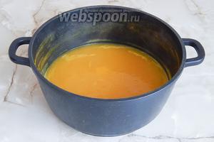 Вынимаем лавровый лист и перец (они отдали свой аромат и больше не нужны), вливаем сок лимона и кладём чеснок. Варим ещё 5 минут, чтобы чеснок приготовился.