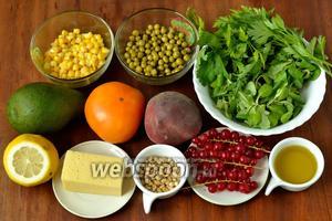 Для приготовления салата нам понадобится смесь рукколы и корна, петрушка, базилик, помидор, персик, авокадо, красная смородина, сыр, кукуруза, зелёный горошек (можно как вареные, так и консервированные), лимонный сок, оливковое масло, кедровые орешки.