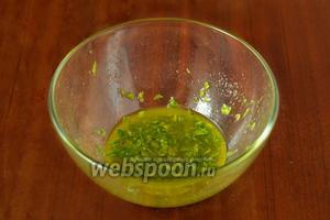 Сначала приготовим заправку. Здесь не традиционный соус «винегрет», а достаточно интересный вариант. Сначала нарезаем листочки петрушки и базилика, растираем блендером с оливковым маслом, добавив соль и перец.
