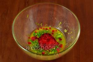 Отжимаем в соус сок красной смородины и перемешиваем. Так как её требуется немного, я отжала через марлю. Если смородины нет в наличии, можно заменить лимонным соком или соком кислых ягод.