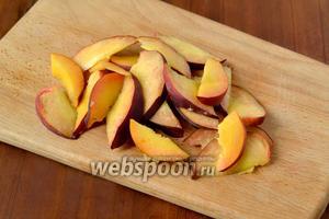 Нарезаем ломтиками персик и так же помидор.