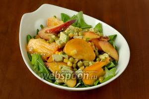 В салатник кладём смесь рукколы и корна, предварительно вымытых и обсушенных. У корна ещё нужно удалить корешки и нижние листочки. Сверху выкладываем фруктово-овощную смесь, вилкой приподнимаем слои, чтобы соединить с зеленью.