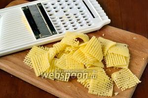 Сыр нарезаем с помощью слайсера тоненькими пластинками, я это делала на своей фигурной терке.