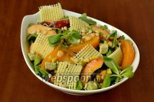 Посыпаем салат сырными слайсами и кедровыми орешками, подаём сразу же.