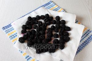 Ягоды ежевики сполоснуть и просушить. Для жарки варенья, ягоды должны быть целыми и сухими.
