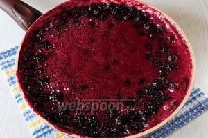 Как только ягода пустит сок и сироп станет бурлить пузырями, делаем огонь на максимум и жарим 10 минут. При необходимости собираем пенку.